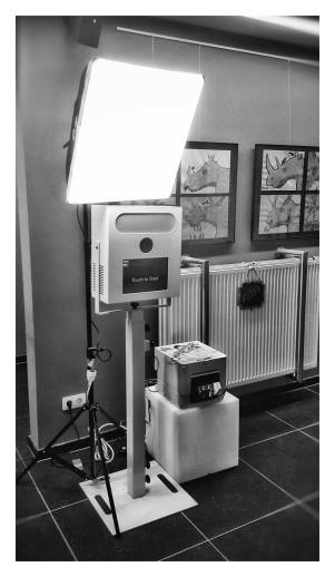 Ce photomaton sera la grande attraction de votre fête! Prenez place seul, à deux ou en groupe en face de notre photomaton, appuyez sur le bouton et souriez! Possibilité d'imprimer de façon ILLIMITE, pourquoi se retenir? Ce photomaton dispose d'un appareil numérique reflex et est fourni avec un ou deux spots pour une lumière optimale. Que la fête commence!